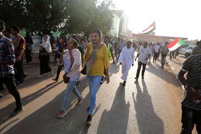 Sudanin entisen presidentin puolue hajotettiin – samalla naisten toimintaa rajoittanut laki kumottiin