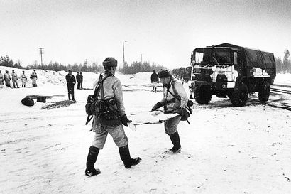 Vanhat kuvat: Pataljoona kulki suksilla ja lumikengillä Oulussa – talvisotaharjoituksia Rovajärvellä