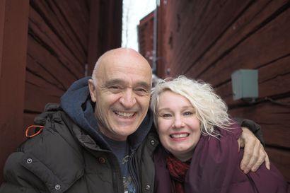 Oululaislähtöinen Laura Avonius oli parisuhteessa ruotsalaisen musiikkituottajan kanssa, joka halveksi hänen tekemisiään – teilauksesta huolimatta Avonius ei lopettanut biisien tekemistä