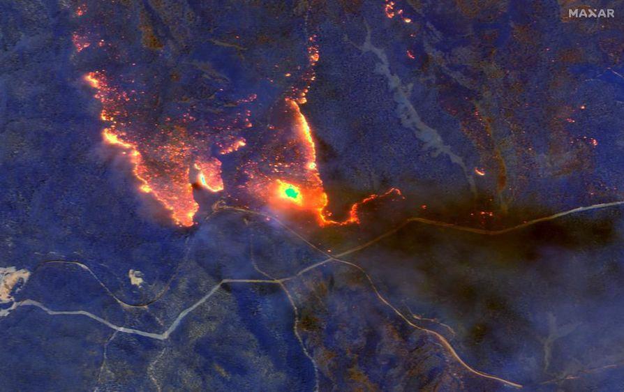 Satelliittikuvissa näkyvät maastopalot turistien suosiman Orbostin rannikkokaupungin itäpuolella Victorian osavaltiossa lauantaina. Ennätykselliset palot ovat pahimmillaan juuri kesälomakauden aikaan.