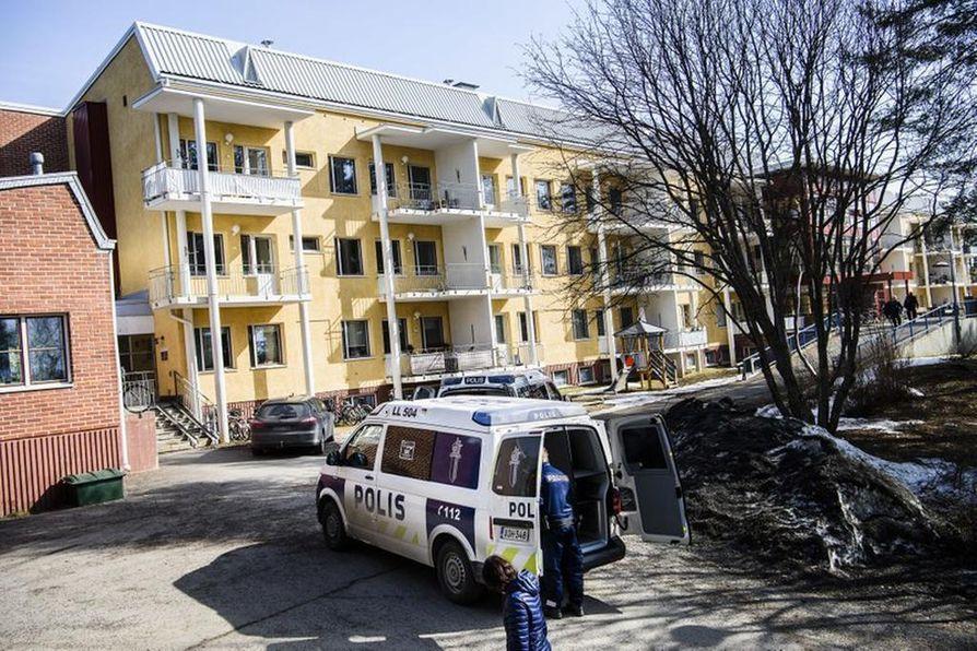 Väkivaltarikoksesta epäilty henkilö linnoittautui kerrostaloasuntoon torstaina aamupäivällä Kolpeneentiellä Rovaniemellä.