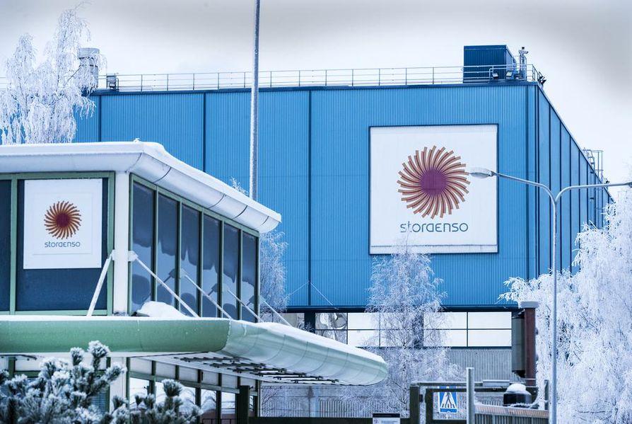 Kahden henkilön epäillään joutuneen kemikaalialtistuksen kohteeksi Stora Enson Oulun sellutehtaan alueella perjantaina iltapäivällä.