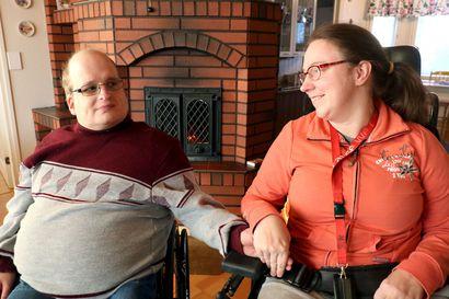 """Kokemusasiantuntijat Pauliina ja Tuomas Honkonen ovat valmiita kertomaan omasta arjestaan vammaisena pariskuntana: """"Ennakkoluuloja on todella paljon, suhtautumista on monenlaista"""""""