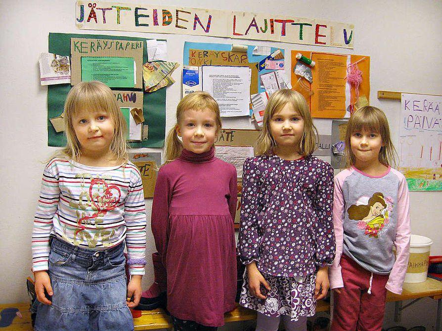 Eskarilaiset Linnea (vas.), Saana, Silja ja Petra tietävät, miten jätteitä kierrätetään.