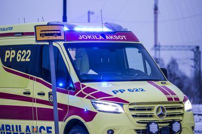 Henkilöautoilija ajautui vastaantulevien kaistalle ja törmäsi raskaaseen ajoneuvoon Vihannin lähellä – kuljettaja vietiin sairaalahoitoon