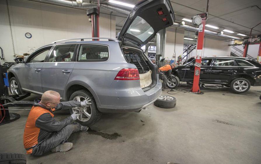 Loka- ja marraskuu ovat kiireistä aikaa rengasliikkeille. Kuvassa Vasaraperän Vianorin työntekijä Markus Mikkonen vaihtamassa renkaita.