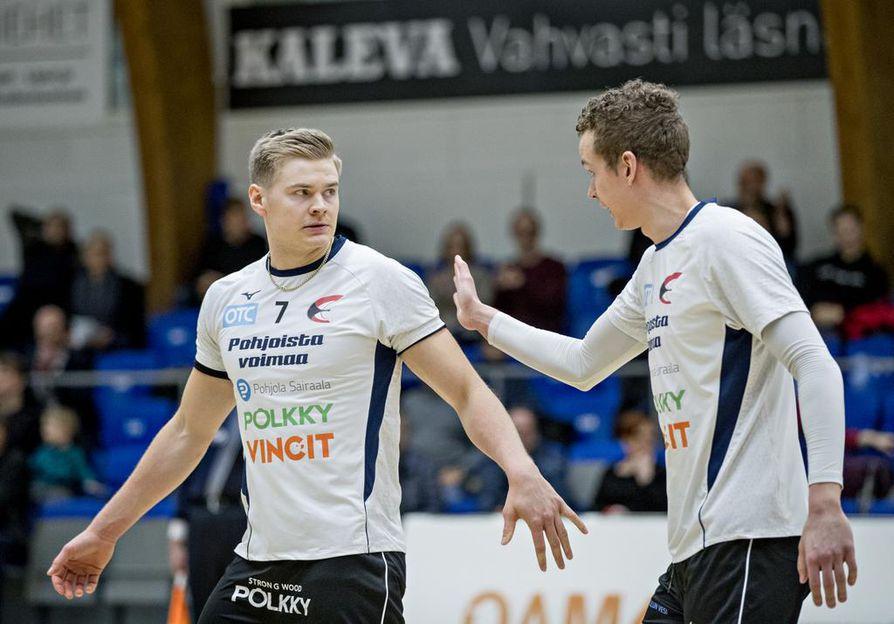 Ettan Jan Helenius (vas.) ja Lasse Jylhä ovat löytäneet yhteispeliinsä tehokkaat sävelet. Maanantaina Helenius vietti 23 pisteen iltaa.