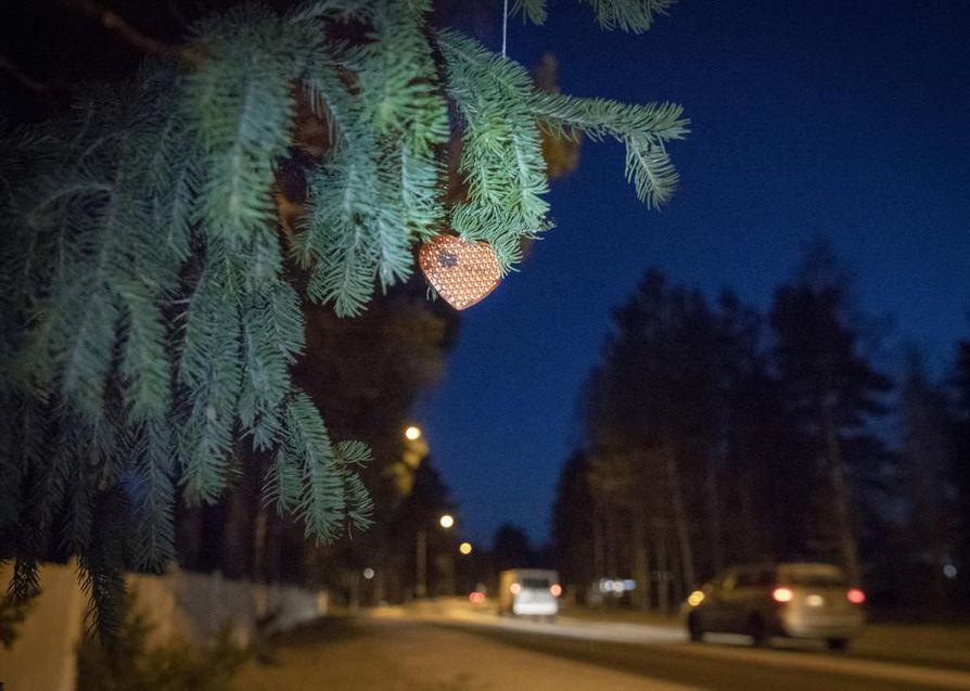 Heijastinpuun perusperiaate on yksinkertainen: Valitaan puu, johon ripustetaan ylimääräisiksi jääneitä heijastimia ohikulkijoiden otettaviksi.