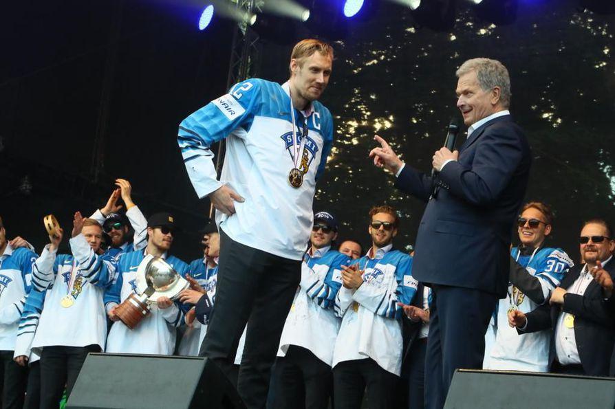 Tasavallan presidentti Sauli Niinistö luovutti maajoukkueelle avaimen. Avaimen otti joukkueen puolesta vastaan Marko Anttila.
