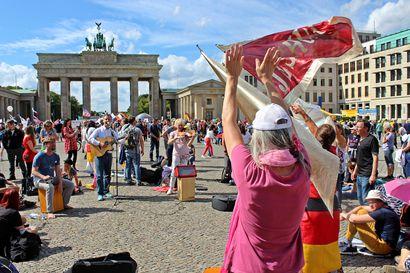 Berliinissä kirjava joukko vastusti koronarajoituksia – mielenosoittajien joukkoon heitettiin polttopullo