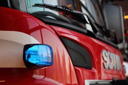 Kesken ajon tuleen syttynyt pakettiauto paloi poroksi Siikajoen Paavolassa