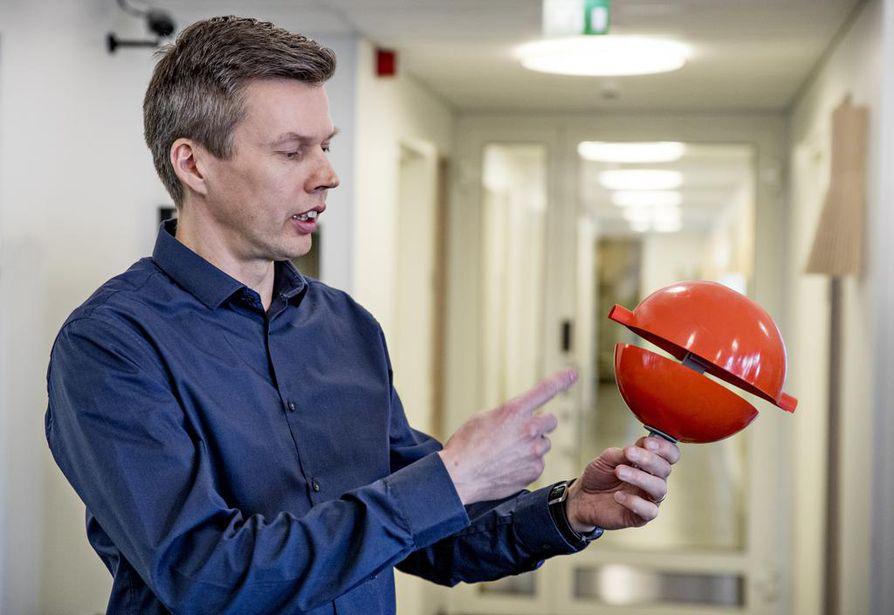 Lintupalloja on käytetty törmäysten ehkäisyssä ainakin parikymmentä vuotta, käyttöpäällikkö Risto Pirinen Oulun Seudun Sähkö Verkkopalvelut Oy:stä kertoo.
