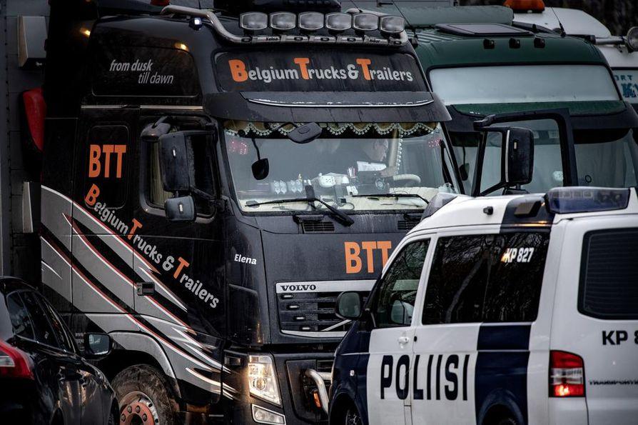 Tammikuun puolivälissä pohjalaistarhaajia kokoontui Kokkolaan osoittamaan mieltään elävien kettujen Kiinaan kuljettamista vastaan. Eläimet oli tarkoitus kuljettaa kiinalaisomisteiselta tarhalta lentokentälle liettualaisilla kuljetusautoilla. Myös poliisi tuli paikalle.
