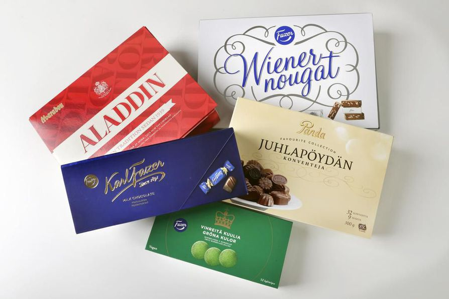 Suklaa- ja karamellirasiat käyvät kaupaksi joulun alla.