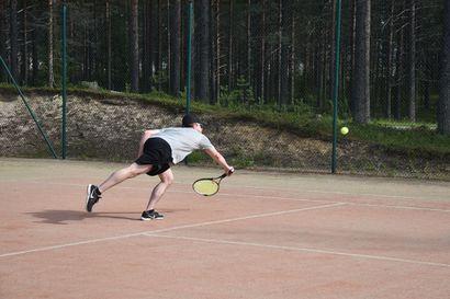 Kuusamon jääkiekkoilijoiden tenniskesä päättyi Säkkisen juhliessa mitali kaulassa – Ollila pisti ennakkosuosikkien finaalissa kampoihin