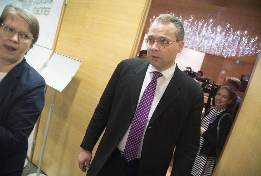 Puolustusministeri Jussi Niinistön mukaan kaikki toiminnalliset ampumaurheilulajit näyttävät tällä hetkellä menevän urheilupoikkeuksen soveltamisalaan. Arkistokuva.