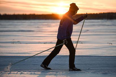 """Latuhöylä osuu välillä pelkkään multaan - ahkerimmat hiihtäjät kiertävät latuja Koillismaalla: """"Hiihtäjiä näyttää kuitenkin olevan runsaasti liikkeellä"""""""