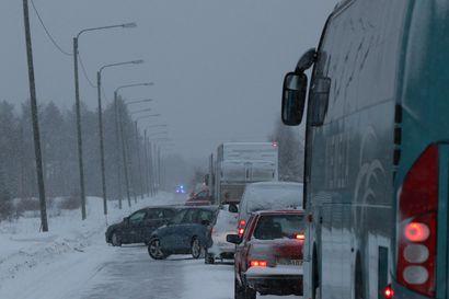 Nainen kuoli, kun kaksi rekkaa törmäsi hänen henkilöautoonsa Rovaniemellä Muurolassa –liikenne palasi normaaliksi vasta illalla