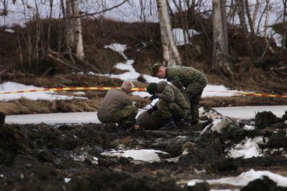 """Kaivinkoneen kauhaan osui räjähtämätön sodanaikainen lentopommi Tornion Kaakamossa: """"Joen ruoppaus loppui siihen paikkaan"""""""