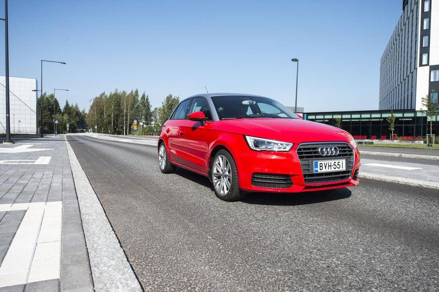 Audissa ei tarvita hitaan ajoneuvon varoituskolmiota, koska sen nopeudenrajoitin voidaan kytkeä pois päältä esittelyn aikana. Varsinaisissa nuorisoautoissa tätä mahdollisuutta ei olisi.