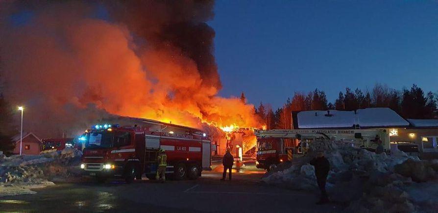 Suomen Akut Oy:n myymälä syttyi tuleen Rovaniemellä torstai-iltana. Liiketila tuhoutuu tulipalossa täysin.