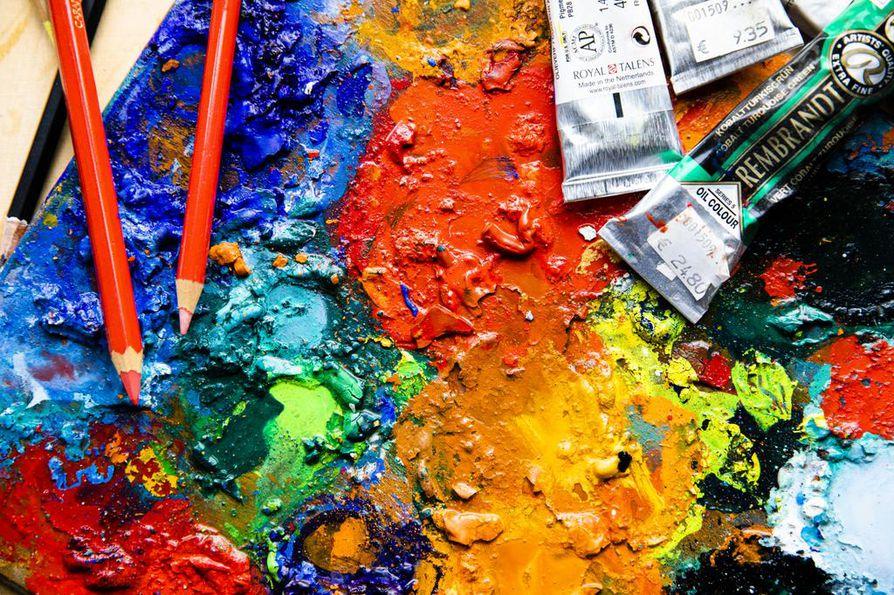 Nousukaudella suositaan usien kirkkaita värejä, kun taas epävakaina aikoina pelataan turvallisten murrettujen sävyjen kanssa.