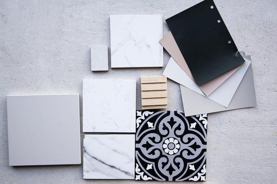 Iso osa lattiasta saa valkoisen vinyylikorkkipinnan, keittiössä toistuu harmaa ja marmori. Väliovet ovat mustat ja vessaan tulee mustavalkoinen marokkolaishenkinen laatta.