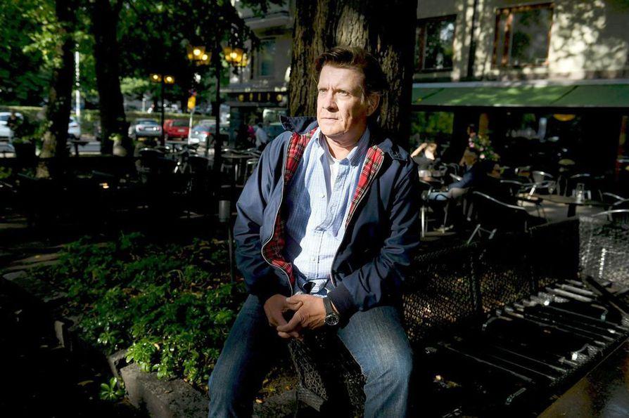 Santeri Kinnunen jäi elokuussa vuoden mittaiselle virkavapaalle pitkäaikaisesta työpaikastaan Helsingin Kaupunginteatterista.