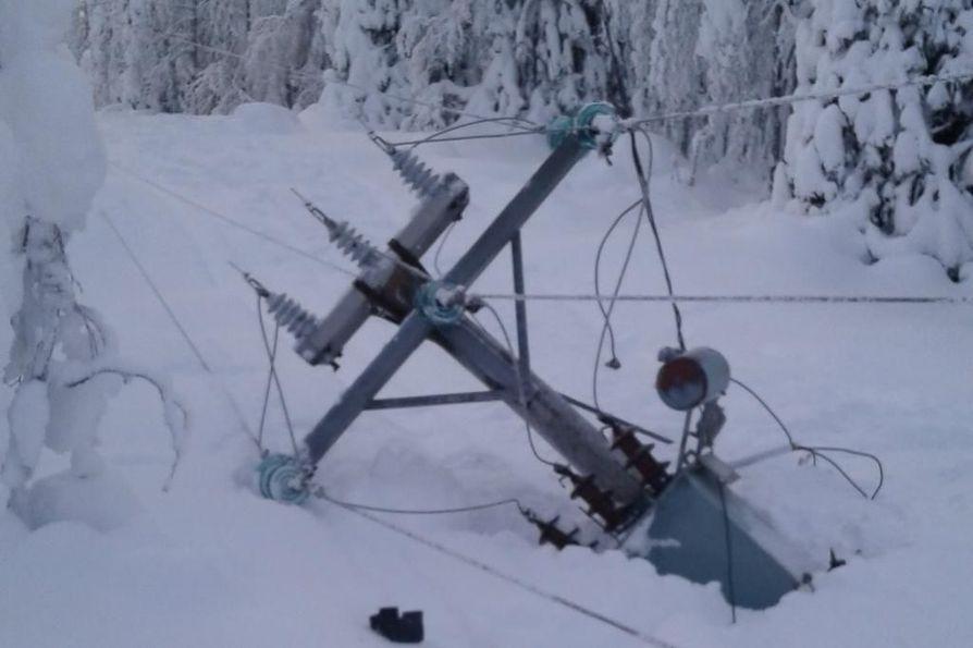 Tykkylumi on aiheuttanut monia ongelmia Kainuussa. Lumikuormat ovat vahingoittaneet pylväsrakenteita ja kaataneet pylväitä maastossa.