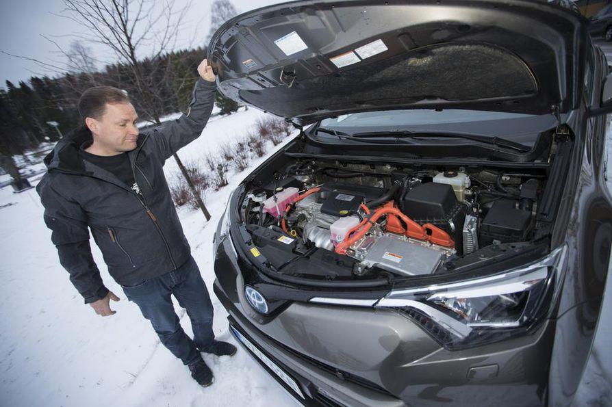 Sami Halonen on tyytyväinen, että hybridillä voi ajaa kaupungissa käytännössä koko ajan akun turvin eli ilman lähipäästöjä. Akku löytyy konepellin alta.