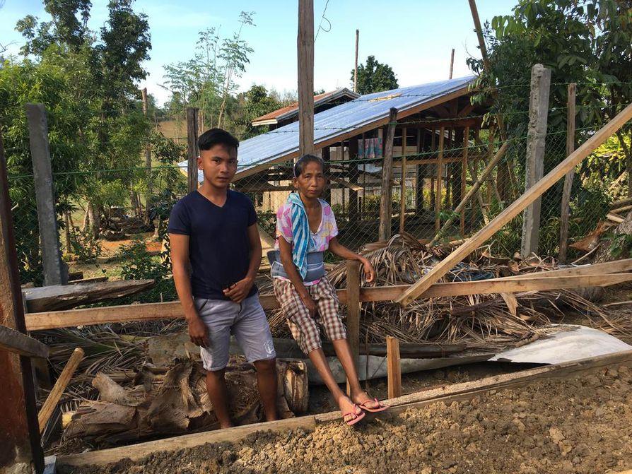 Perlita Solancho poikansa Michaelin kanssa uuden talon rakennustyömaalla. Vanhan kodin vei taifuuni.