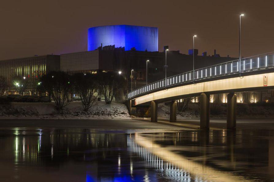 Teatterin tornikin sai itsenäisyyspäivän aattona sinisen valaistuksen.