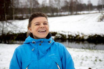 Birgit Vainio on jo kahdesti saanut kiven päähänsä Malmitiellä pyöräillessään