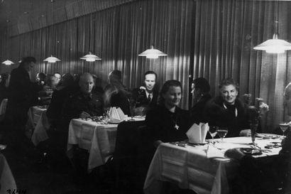 Vanhat kuvat: Tervahovin salissa oli tiivis tunnelma -  tunnetko nämä legendaariset ravintolat Oulussa?