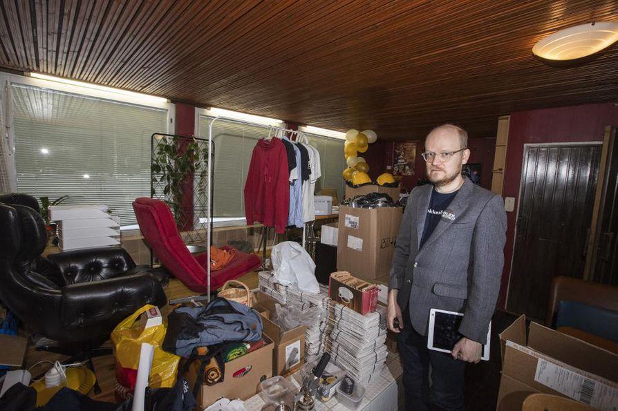 Pääpessimisti Tommi Rajala seisoo 200 neliön omakotitalonsa takkahuoneessa, jossa on ollut uima-allas. Hieno puolankalainen oleskelutila on nykyään pessimistien päämaja, jossa säilytetään verkkokaupan tavaraa.