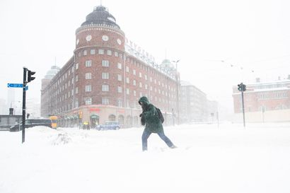 Myräkkä koettelee: Sähköttömien kotitalouksien määrä yhä tuhansissa – Helsingissä varoitetaan katolta putoavasta lumesta