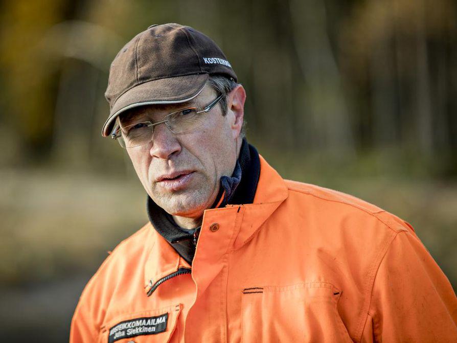 Suunnittelubiologi Juha Siekkinen kertoo Kempeleen seuraavaa kosteikkoa suunniteltavan Metsärinteelle.