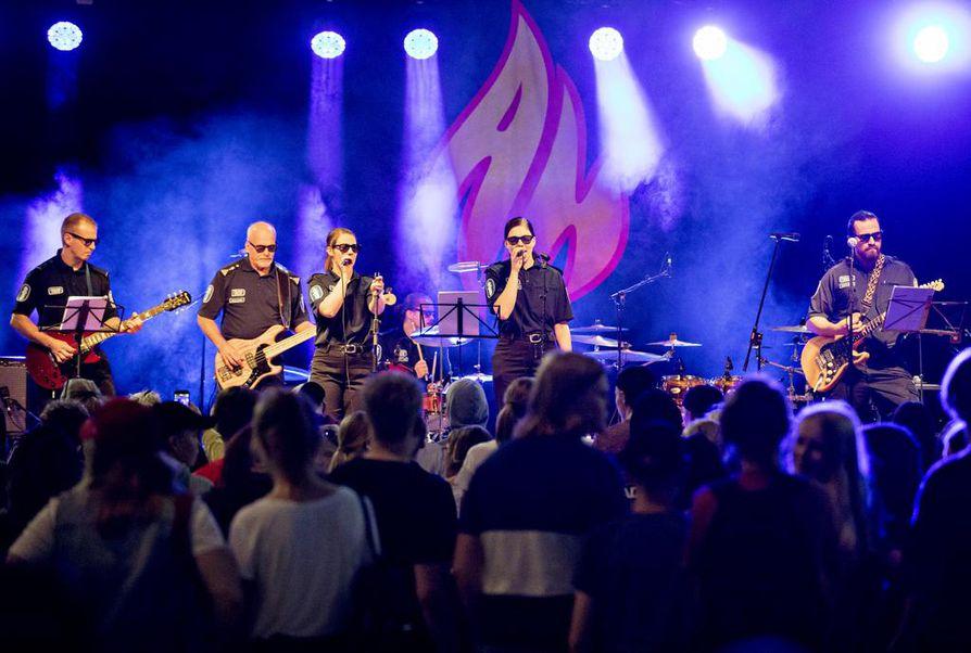 Tapahtumassa esiintyi poliiseista koostuva Mansikkakesä-bändi.