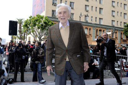 Hollywood-legenda Kirk Douglas kuoli – Näyttelijäikoni oli vähällä tehdä itsemurhan, kun halvaus sammalsi häneen puhekykynsä ja vaurioitti kasvohermoja