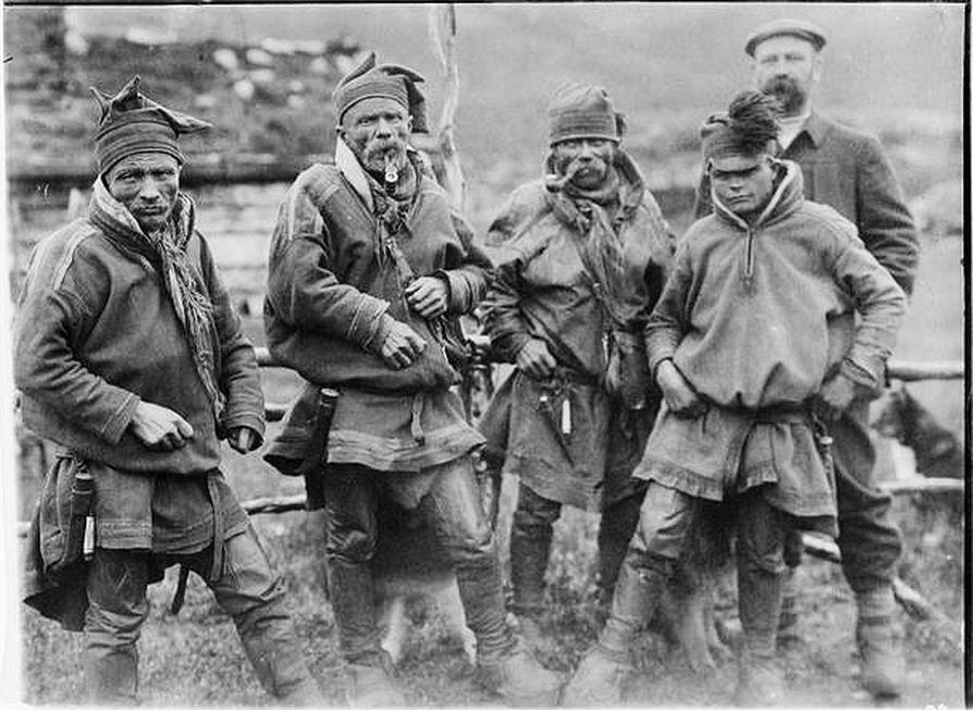 1905. Labban veljekset, heidän nuori pororenkinsä Aslak Juuso (oik.) ja professori J. E. Rosberg sattuivat yhtä aikaa Siilasvuomalle.