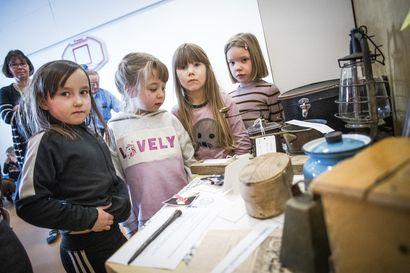 Kulttuuriviikko teki menneen tutuksi Saarenkylässä – Putaan päiväkodin lapset tietävät, mitä ovat kahvimylly ja öljylamppu, ja mitä niillä tehdään