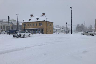 """Kuusamoon satoi perjantaina niin paljon lunta, että meteorologi ei ollut uskoa lukuja: """"Kyllä se on mahdollinen, mutta vähän epäilyttävä"""" – Yhtä voimakasta sadetta ei ollut missään muualla"""