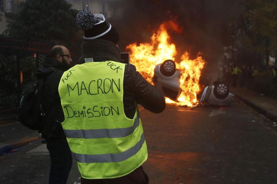 Pariisin keskustassa poltettiin kymmeniä autoja viime lauantaina väkivaltaisessa mellakassa.