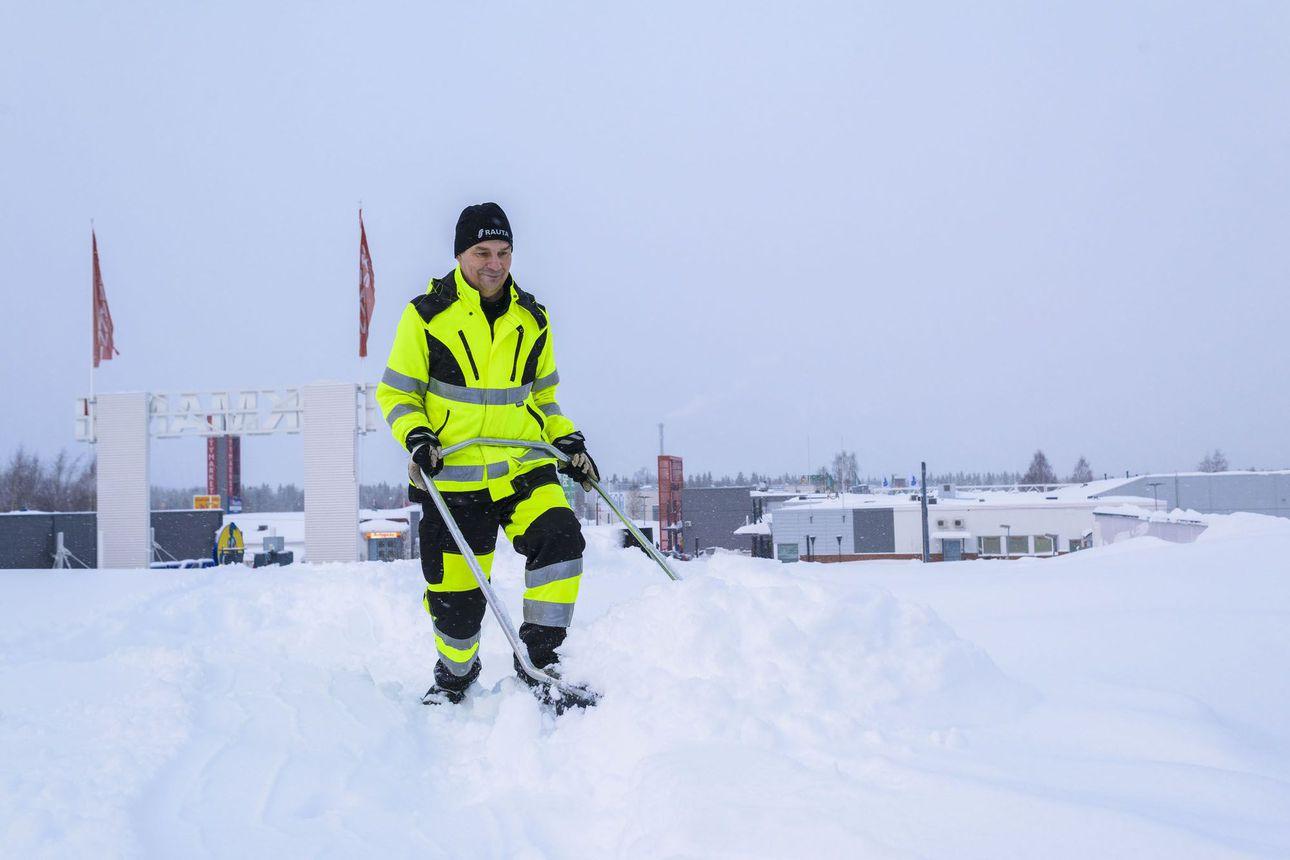 """Mika huhkii jalkapallokentän kokoisella tasakatolla sahan ja kolan kanssa – lumikuorma ei ole leikin asia: """"Kuuluu kiinteistön omistajan vastuulle"""""""