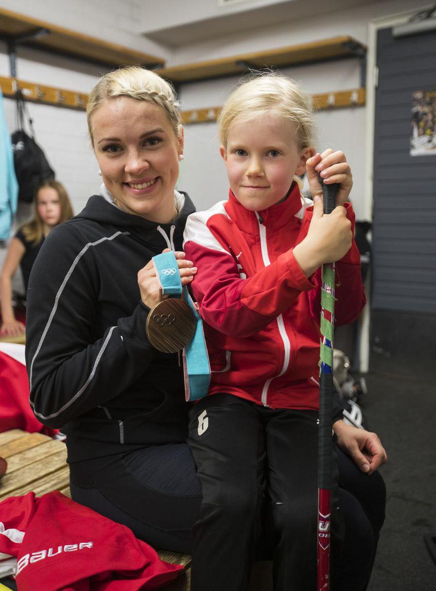 Julia Parkkila (oik.) pääsi jääharjoituksen jälkeen ihastelemaan naisten maajoukkuepuolustajan Isa Rahusen olympiamitalia. Mukavasta hetkestä jäi muistoksi myös yhteiskuva.
