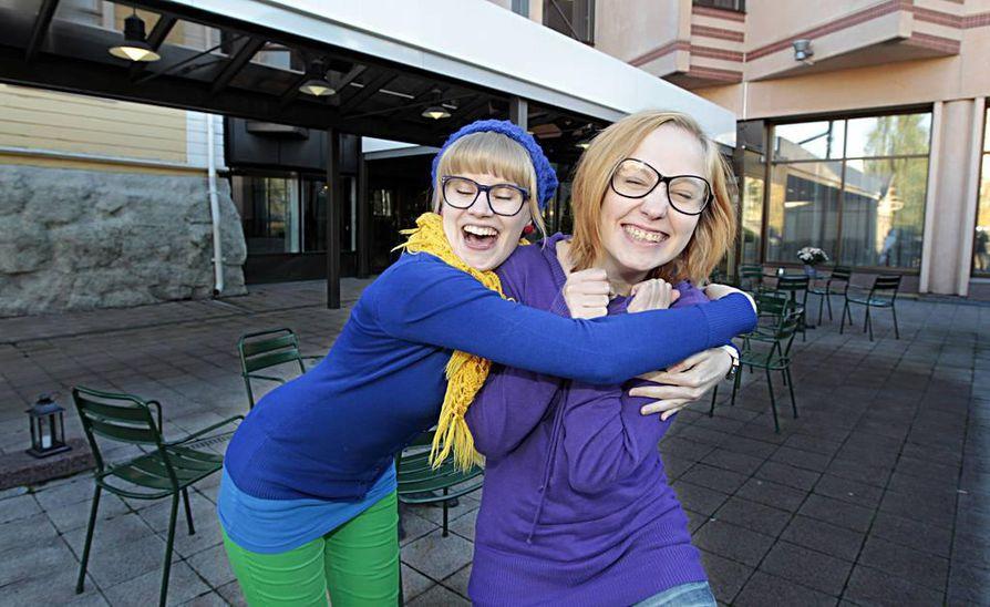 Anni Nykänen (vas) ja Milla Paloniemi esittelevät uutuuskirjojaan.