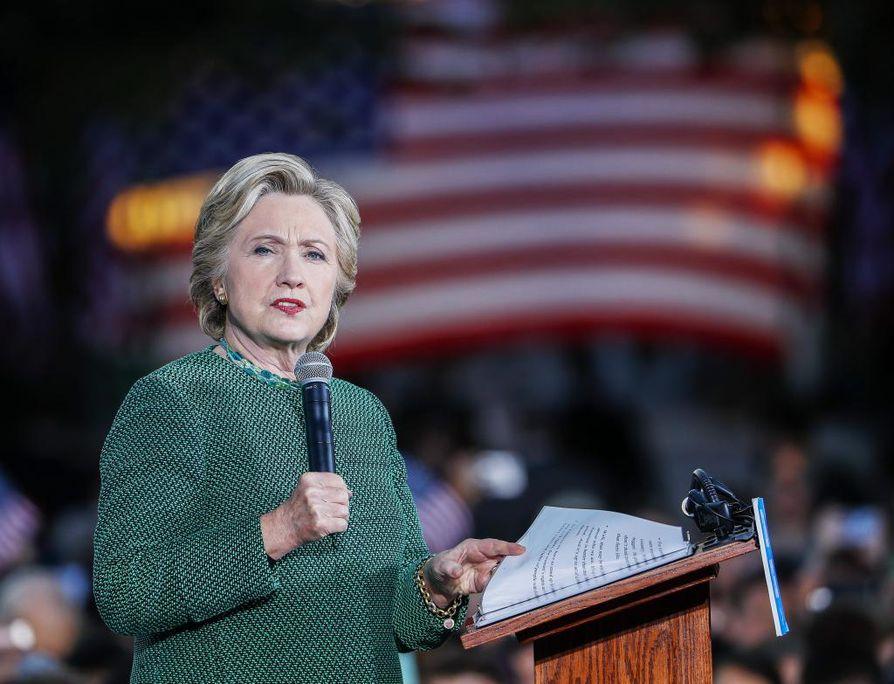 Hillary Clinton on saamassa kaksi miljoonaa ääntä enemmän kuin vaalit voittanut Donald Trump.