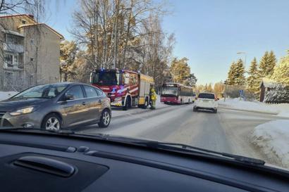 Tiet jäisiä, Oulussa useita liikenneonnettomuuksia – linja-auto ja henkilöauto kolarissa Mustasuon ja Taskilan läheisyydessä