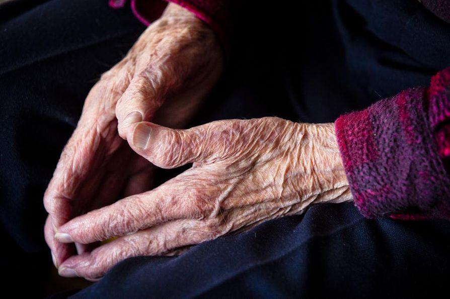 Miten saan sähkölaskun maksettua? Yli 90-vuotias vanhus voi joutua yllättäen markkinatalouden ja omien sekä puolison menojen vangiksi.