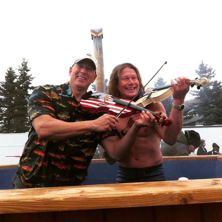 Yhdysvaltain Suomen-suurlähettiläs Bruce Oreck ja avantoviulisti Jari Suomalainen avasivat Polar Bear Pitching -kisan Raatissa.